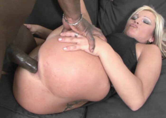 Cougar Kika takes it in her round booty